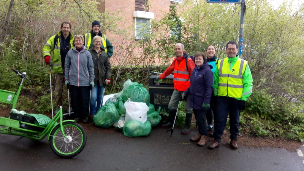 Photo of the people who collected the litter with bags